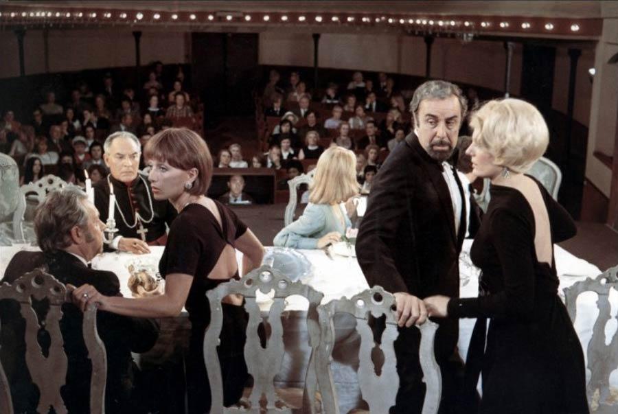 Captura de una escena de la película 'El discreto encanto de la burguesía' de Luis Buñuel